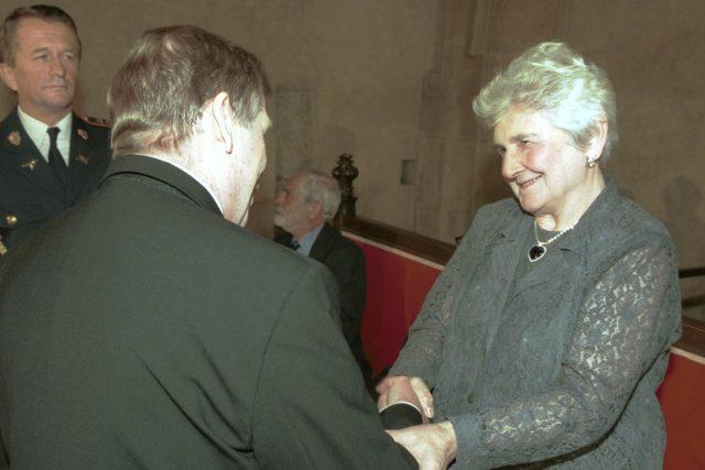 Prezident republiky Václav Havel předal 28. října 2001 na Pražském hradě Libuši Šilhánové Medaili Za zásluhy