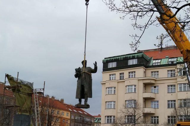 Koněvův pomník má podle rozhodnutí zastupitelstva městské části Praha 6 z loňského září nahradit památník osvobození Prahy na konci druhé světové války.