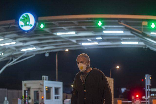 Lidé opouštějí areál automobilky Škoda Auto v Mladé Boleslavi, která přerušila výrobu kvůli novému koronaviru