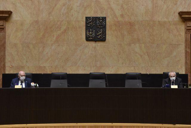 Předseda Ústavního soudu Pavel Rychetský a soudce Jan Filip