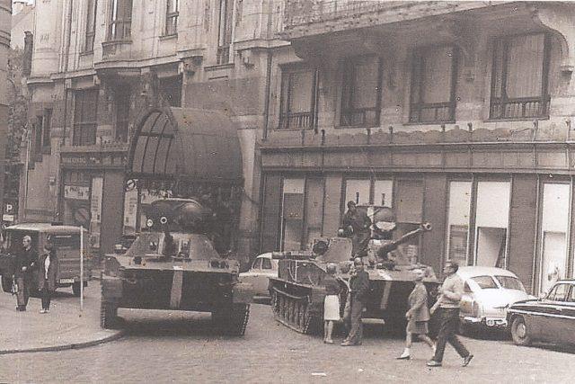 Hlavně sovětských tanků mířících do oken ministerstva dopravy 22. srpna 1968.