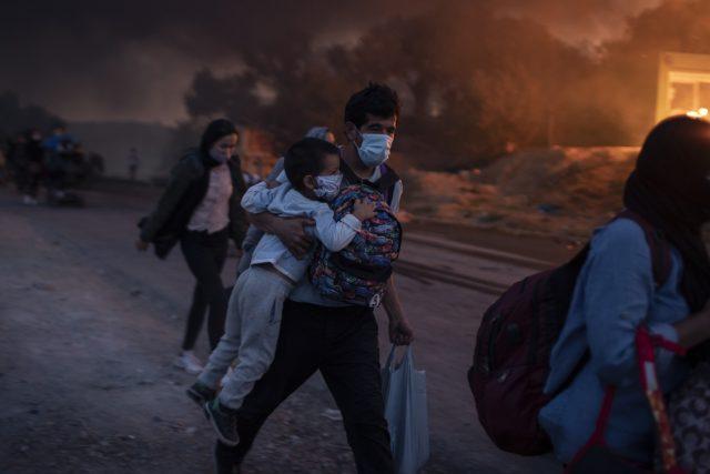 Na řeckém ostrově Lesbos shořel utečenecký tábor Moria | foto: Petros Giannakouris,  ČTK/AP