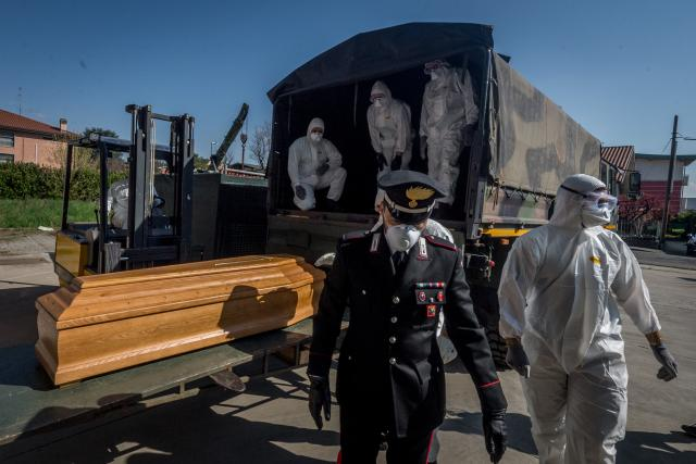 Itálie pohřbívá své mrtvé; San Pietro bridge. Military and medical personnel of the Army together with the Carabinieri transport the coffins with the use of six trucks from a depot in Ponte San Pietro due to emergency COVID19 Coronavirus