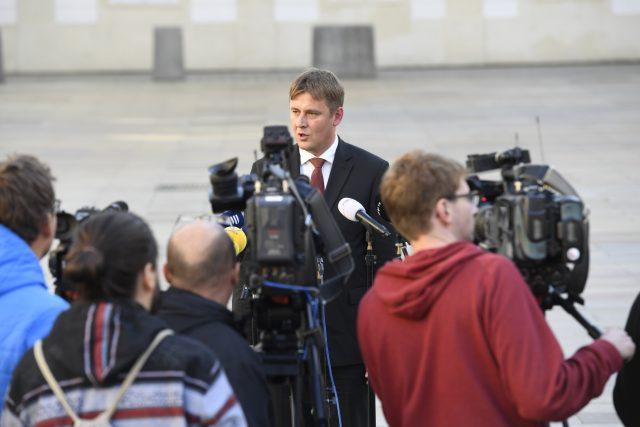Kandidát ČSSD na ministra zahraničí Tomáš Petříček hovoří s novináři na Pražském hradě