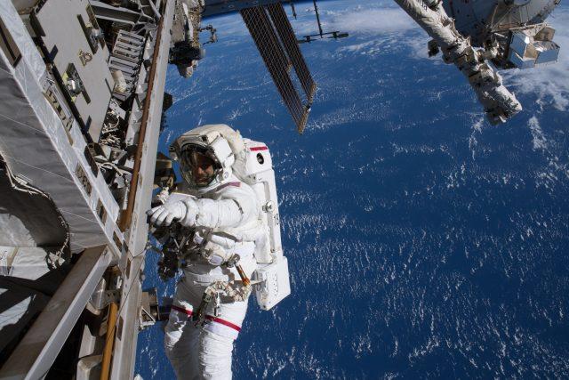 Loď Crew Dragon společnosti SpaceX a její posádka