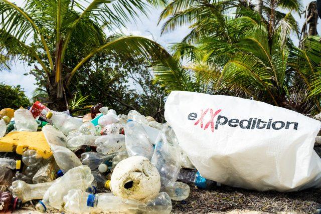 """Projekt eXXpedition monitoruje množství plastů ve světových oceánech. """"Budujeme takovou armádu lidí, kteří chtějí něco změnit a vrátit se domů s tím, že problém plastového znečištění viděli na vlastní oči,"""" vysvětluje zakladatelka projektu"""