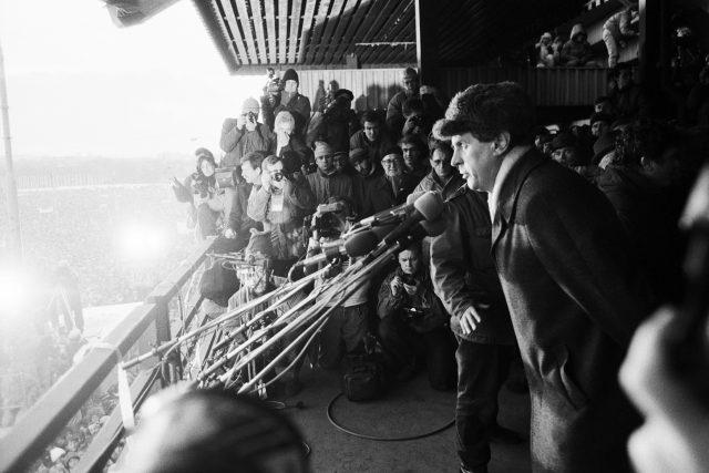 Miloš Zeman na tribuně na Letné, 25. listopadu 1989