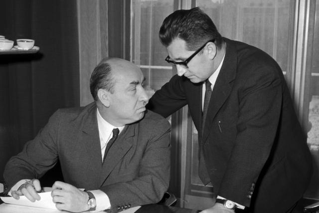 Poslední zasedání vlády, řízené předsedou Oldřichem Černíkem (vlevo), se konalo 28. prosince 1968 v budově předsednictva vlády. Vpravo místopředseda vlády Lubomír Štrougal