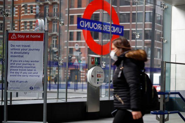 Cestující s rouškou v londýnské městské hromadné dopravě   foto: Fotobanka Profimedia