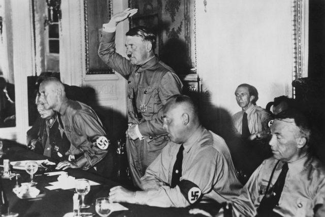 Zleva Hermann Göring, Wilhelm Frick, Adolf Hitler, Gregor Strasser, vzadu sedí Joseph Goebbels