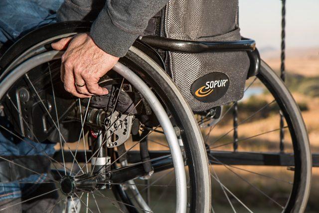 ochrnutý vozíčkář
