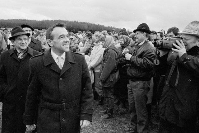 Ministr vnitra Richard Sacher na hraničním přechodu v Nemanicích, 1990