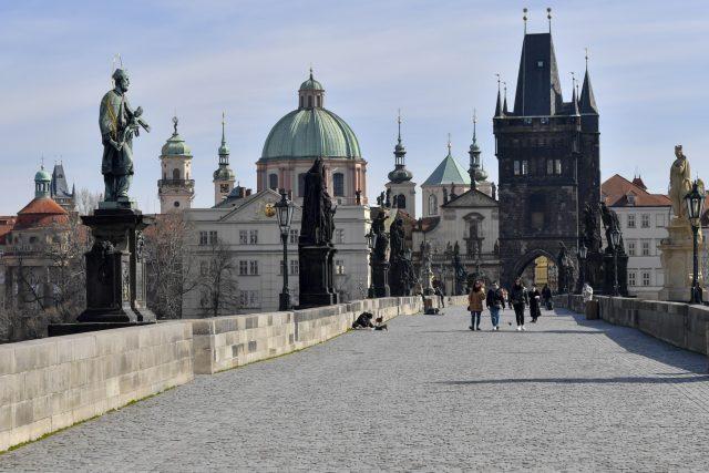 Pražský Karlův most téměř bez lidí