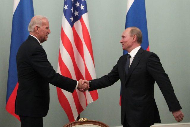 Joe Biden a Vladimir Putin během setkání v Moskvě v roce 2011