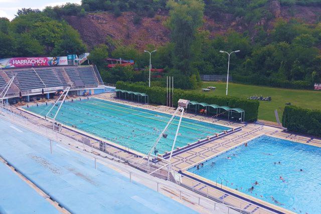 Venkovní 33 metrový bazén a padesátka.