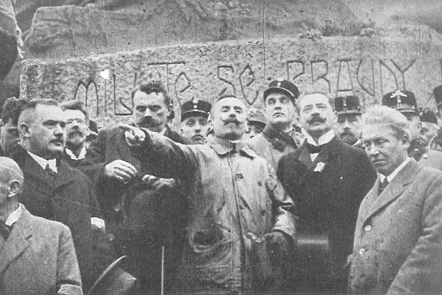 Josef Scheiner hovoří k davu na manifestaci v průběhu revoluce v říjnu 1918 v Praze. Fotografie z knihy Jaroslava Rošického Rakouský orel padá  (1933) | foto: autor neznámý,  Wikimedia Commons,  CC0 1.0