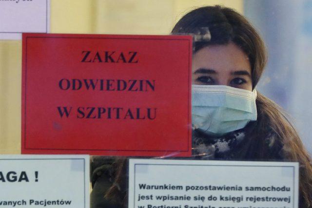 V Polsku tvoří veřejnou debatu koronavirus a prezidentské volby | foto: Czarek Sokolowski,  ČTK/AP