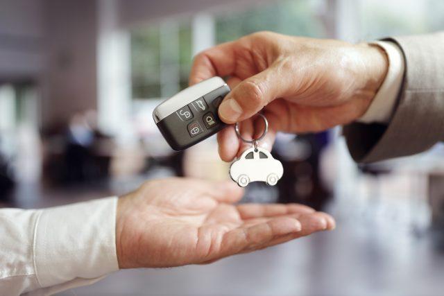 Nákup auta v autosalonu (ilustrační foto)