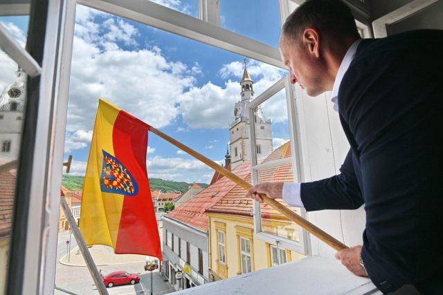 Místostarosta Ivančic Jaroslav Sojka vyvěsil moravskou vlajku na budovu radnice v Ivančicích na Brněnsku