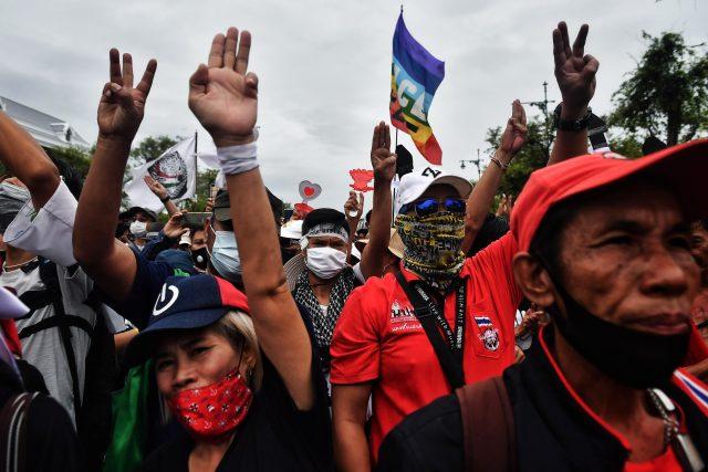 Thajci během protestů zvedají tři prsty po vzoru dystopické série Hunger Games