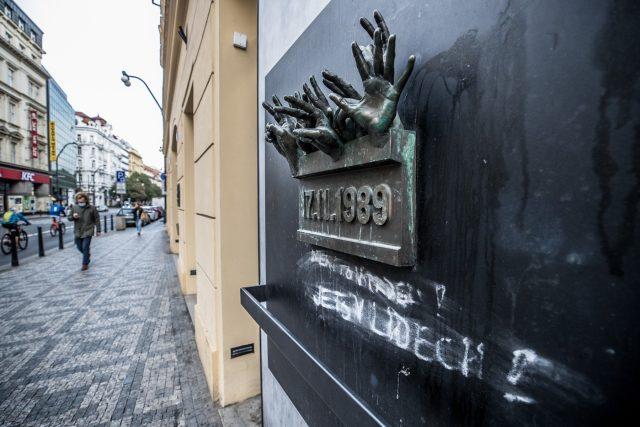 Památník 17. listopadu na Národní třídě v Praze