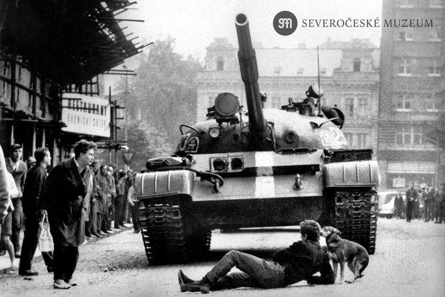 Srpen 1968. Mladík se vlastním tělem snaží zastavit sovětský tank