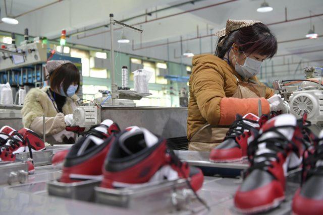 Čínští dělníci v továrně