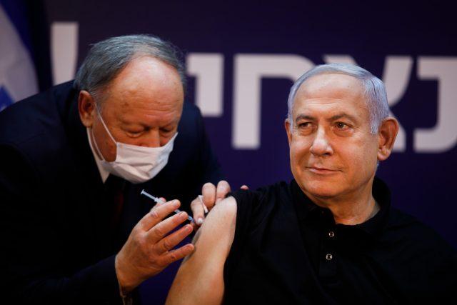 Izraelský předseda vlády Benjamin Netanjahu při očkování