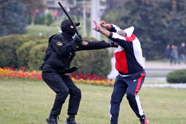 Zásahy běloruské policie v Minsku proti demonstrujícím byly tentokrát brutální | foto: Fotobanka Profimedia