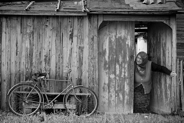 stará stodola, stará žena, kolo (ilustrační foto)