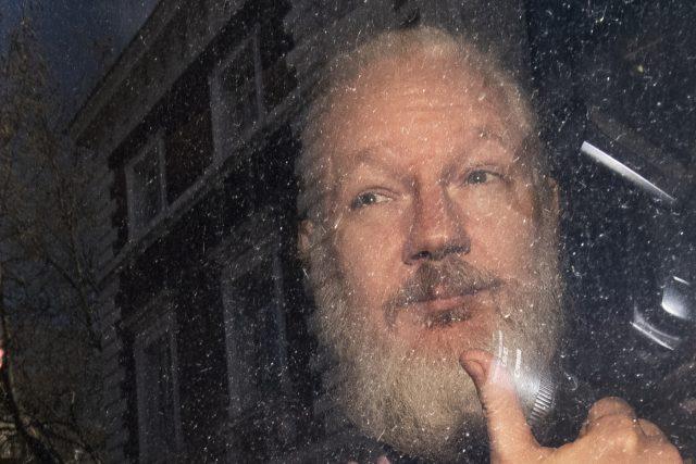 Julian Assange byl zatčen na ekvádorském velvyslanectví v Londýně.