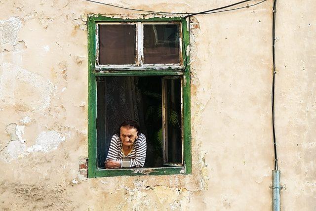 Důchodkyně v okně