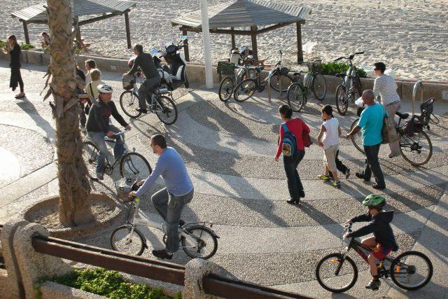 Ještě před deseti lety jezdil v Tel Avivu na kole málokdo,  dnes ale dvoukolové dopravní prostředky úplně opanovaly městský prostor   foto: Yoav Lerman,  Flickr,  CC BY-NC 2.0