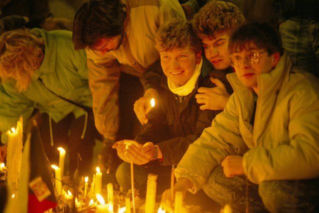 Lidé zapalující svíce, Praha 1989