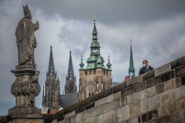 Lidé s rouškou v centru Prahy