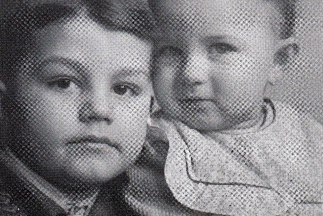 Jan Přeučil s mladší sestrou Martou, rok 1942