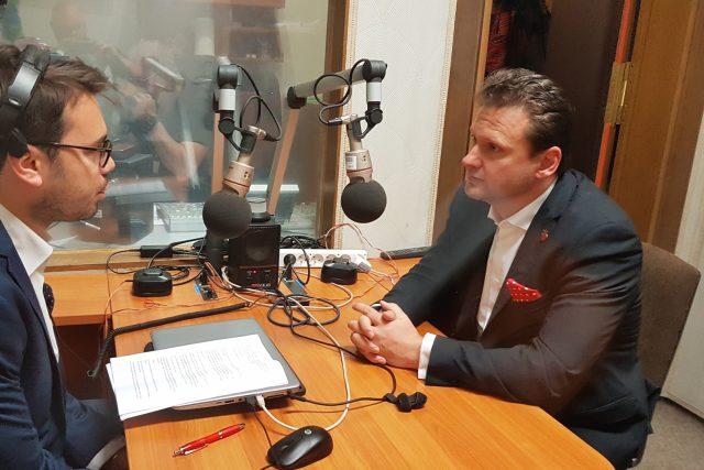 Předseda sněmovny Radek Vondráček (ANO) při rozhovoru s Michaelem Rozsypalem z Českého rozhlasu.