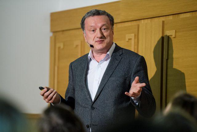 Jan Konvalinka, prorektor Univerzity Karlovy pro vědu a výzkum a vedoucí výzkumné skupiny na Ústavu organické chemie a biochemie Akademie věd