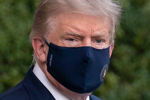 Donald Trump na cestě do nemocnice kvůli onemocnění covid-19
