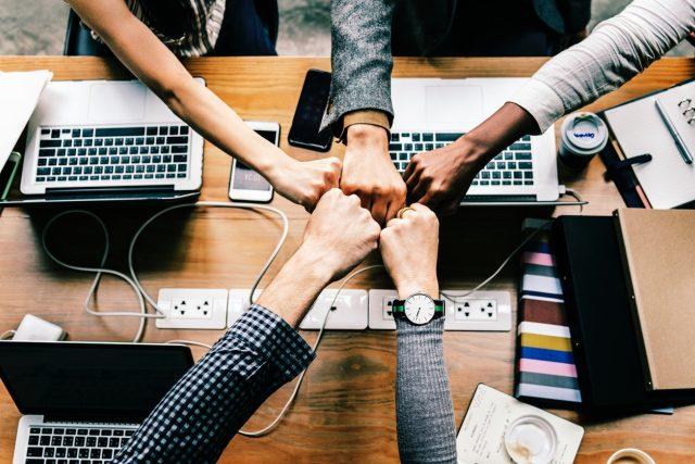 Kolegové - kancelář - práce - spolupráce