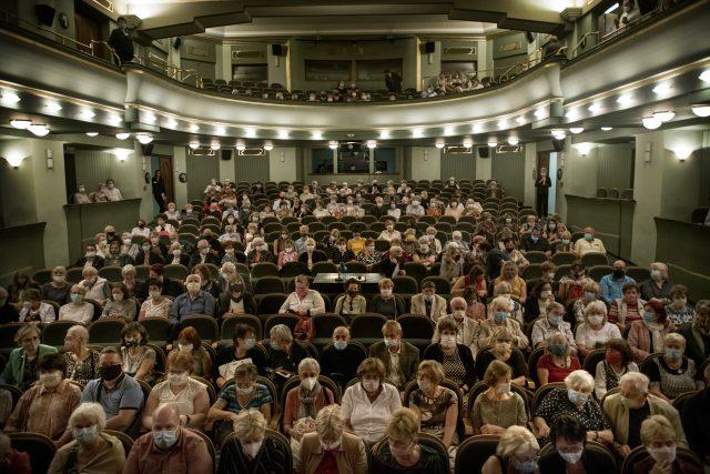 Krátká etapa otevřených divadel s diváky v rouškách. Hlediště bez emocí ve tvářích. | foto: Michaela Danelová,  iROZHLAS.cz