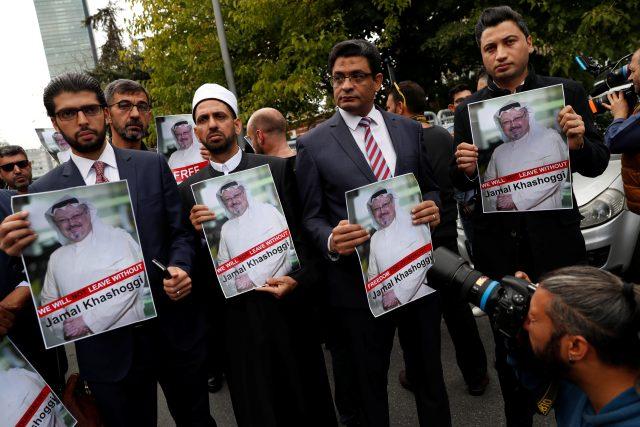 Lidskoprávní aktivisté a přátelé saúdskoarabského novináře a kritika režimu Džamála Chášakdžího během protestu před konzulátem Saúdské Arábie v Istanbulu 8. října 2018