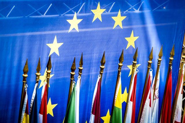 Evropská vlajka na pozadí vlajek členských států Evropské unie (ilustrační foto)