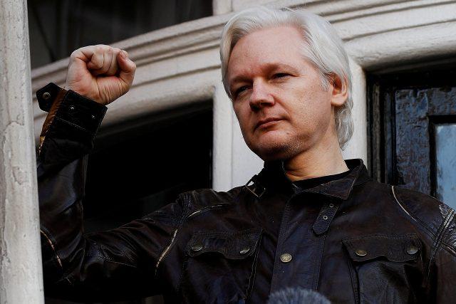Julian Assange na snímku z května 2017