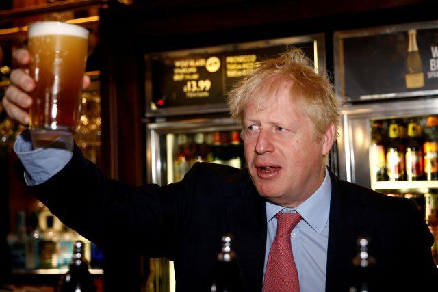 Vláda Borise Johnsona zavedla novou regulaci, která má zamezit šíření koronaviru. Lidé si ve znovuotevřených hospodách objednají pivo jen při uvedení jména.