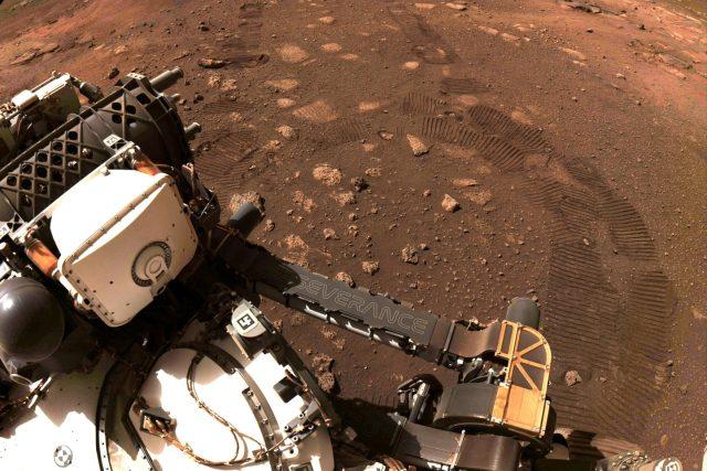 Robotický průzkumník Perseverance při jízdě po povrchu Marsu | foto: NASA/Reuters