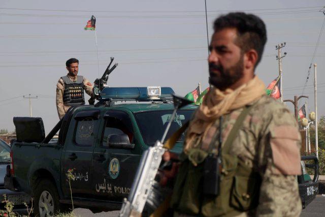 V provinciích Nímróz a Herát se vládě podařilo seskupit vlastní vojáky a zaútočit na islamisty ovládané území,  a snaží se ho získat zpět. | foto: Jalil Ahmad,  Reuters