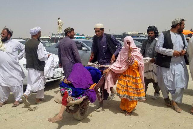 Lidé opouštějí Afghánistán přes pákistánsko-afghánské město Chaman.   foto: Saeed Ali Achakzai,  Reuters