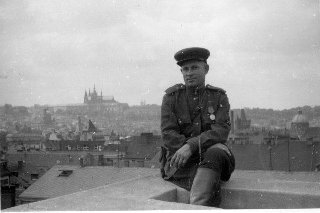 Důstojník Rudé armády po skončení bojů   foto: Vojenský historický ústav