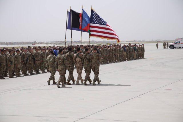 Poslední pocta padlým českým vojákům na základně Bagrám v Afghánistánu.